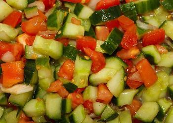 Tomaten-Gurken-Salat mit Zwiebeln